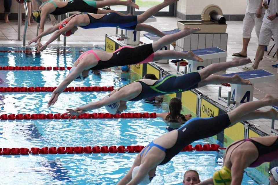 Kerstie Porter swimming at a meet